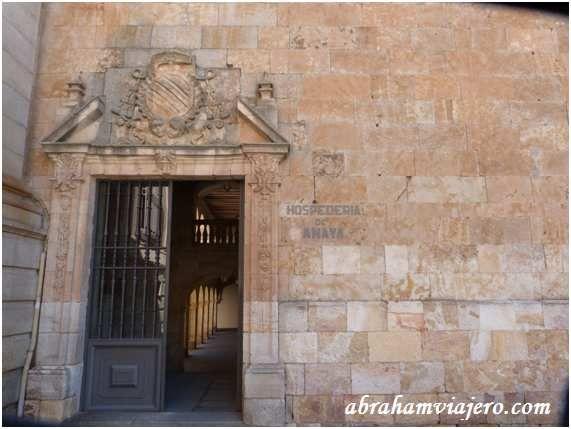 La hospedería Daba alojamiento a los colegiales, aunque el primitivo edificio amenazó ruina en 1704, fecha a partir de la cual se diseña la construcción tal como la conocemos en la actualidad.Su entrada principal es inaccesible por los escalones que...