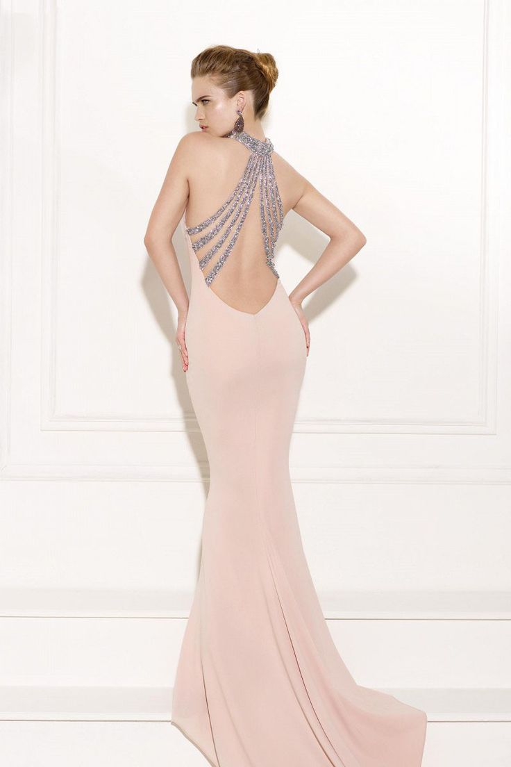 Rochie de seara roz pudrat, model sirena cu trena, realizata din crep elastic si spate din tul nude decorat cu cristale aplicate manual.   Powder pink gown, mermaid design with tail, made from stretch crep and a back covered in nude tulle adorned with crystals.
