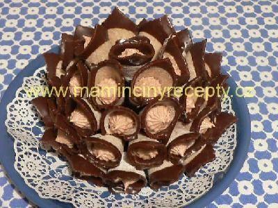 Ořechové kornoutky bez pečení300 g mletých ořechů, 200 g cukru moučka, 1 vejce, 2 lžíce rumu krém: 125 ml mléka, 2 lžíce polohrubé mouky, 75 g másla, 15 g moučkového cukru, 3 lžíce nutelly