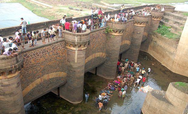 22 dead after van falls into Godavari river in Andhra Pradesh - http://headlinesview.com/22-dead-after-van-falls-into-godavari-river-in-andhra-pradesh/