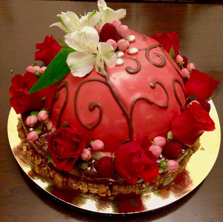 Испекла себе на день рождения!У Виктории в виде пирожного , я сделала тортом!В два яруса. Первый нижний: шоколадный бисквит без муки +(воздушное безе от меня)и малиновый мусс ,второй ярус :шоколадн парфе ,ванильный крем брюле,нугатин миндальн, св малина,!все покрыто зеркально глазурью двух цветов.Украшение живыми цветами , св малина , глазирован шоколад , нугатин!