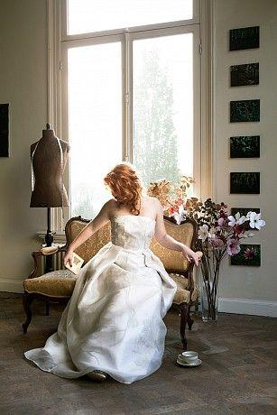 Bruidsjurk Ontwerp Atelier Embrace 8  Zijde mousseline organza over zijde mikado en zilver geborduurde tule.