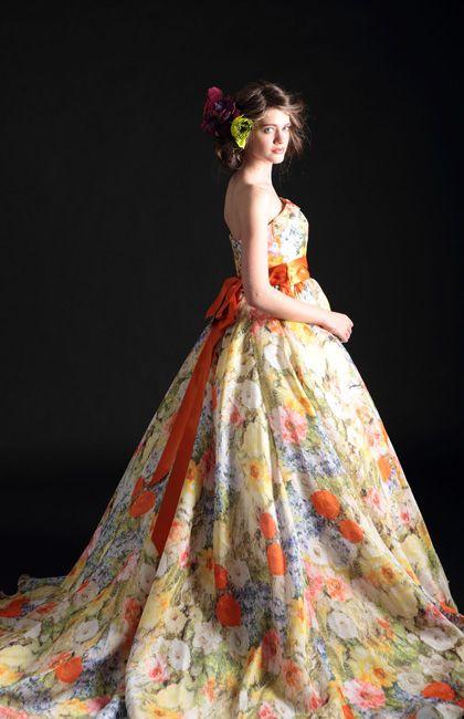 No.08-0072 シルクだからこそ実現する鮮やかなプリントを最大限に生かし、スカートはシンプルに、胸元は折り返しのロールデザインで立体的な華やかさを演出。和の趣がある会場でも映えるドレスなので、和装のあとのお色直しにも最適。