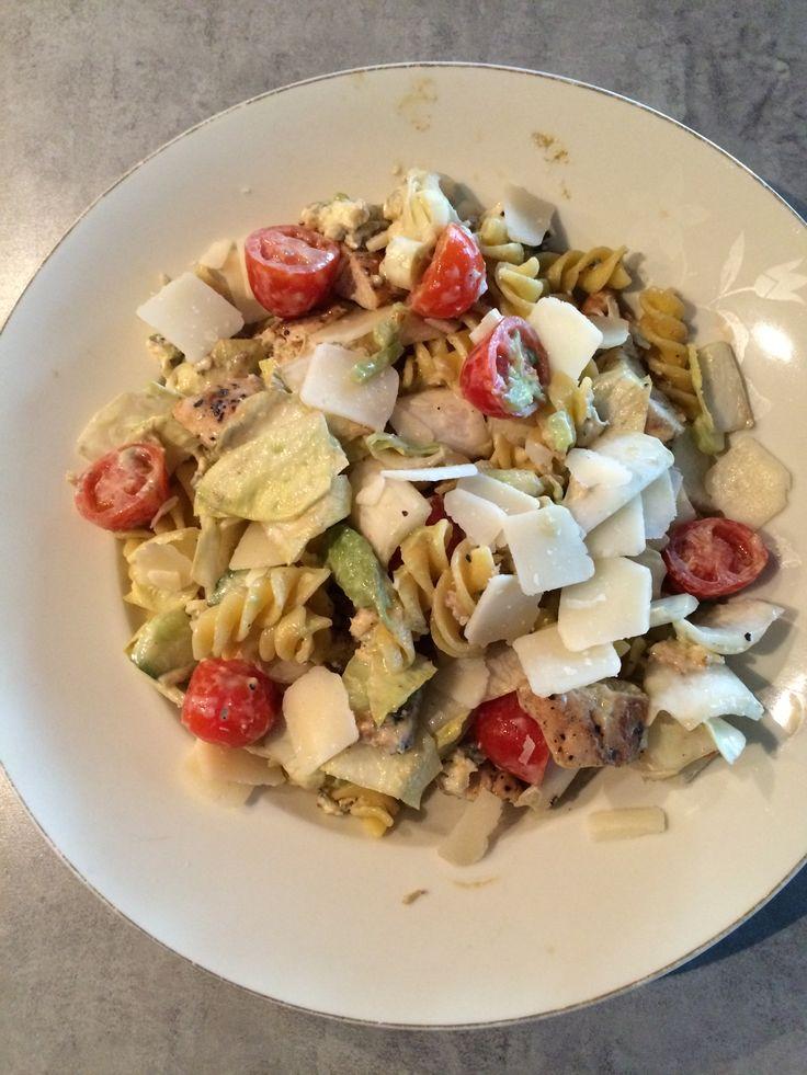 Salade van pasta, grof gesneden witlof, bosui, tomaatjes, halve komkommer, gebakken kipfilet in stukjes, blauwe kaas en walnoten. Caesar Salade saus erdoor. Peper en zout. Flinters parmezaanse kaas erover!