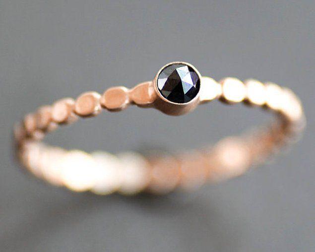 Siyah elmas ise farklılığı hayat felsefesi haline getirmiş her kadının bayılacağı bir yüzük