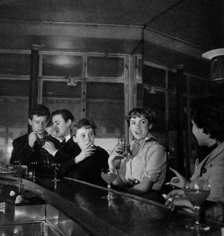 Saint-Germain-des Prés Paris 1950/ Photo: Robert Doisneau. Bar. Vintage. Cocktails. Drinking.