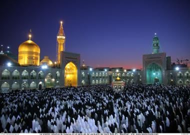 La oración colectiva de mujeres musulmanas en un patio del santuario del Imam Rida (P)  Mashhad - 105