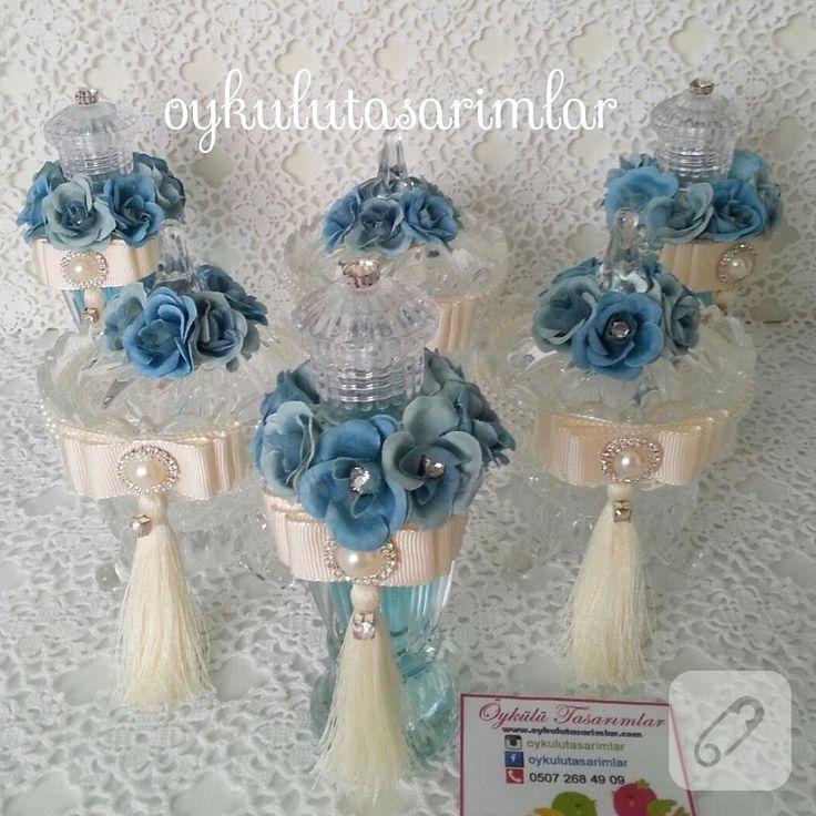 Mavi çiçek süslemeli kolonya şişeleri