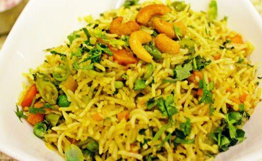 A biryani lényege a basmati rizs, valamint a vele főzött fűszerek sokasága. Ez egy hús nélküli változat, de készíthető csirkével, hallal, rákkal, birkával is akár.