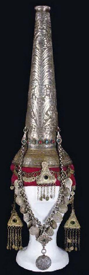 Uno de los tocados medievales que más ha llamado la atención con el paso de los siglos, es el llamado por los historiadores cucurucho o tocado de aguja. Su nombre histórico es hennin. Estuvo de mod…