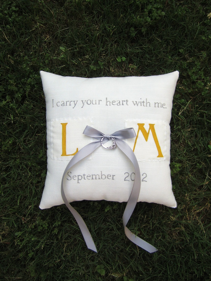 Coussin d'alliances brodé : i carry your heart with me (i carry it in my heart) i am never without it