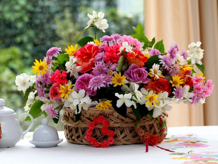 4c79315bd3cdc112fa6df81f82149a73 gift flowers flower bouquets - 1024x768 Wallpaper roses, chrysanthemums, flowers, table, basket, gorgeous, divi...