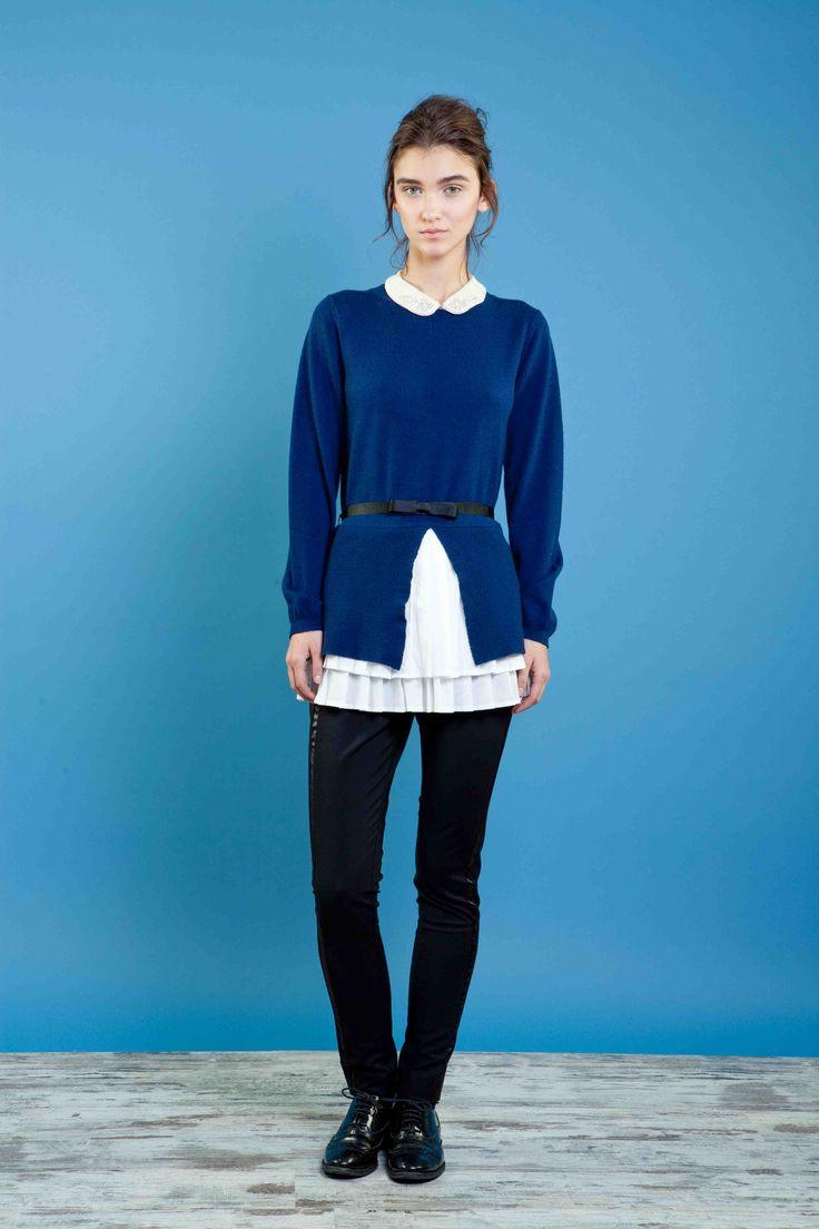 Maglia in 100% lana con colletto ricamato e inserto di cotone plissettato al fondo, pantalone skinny smoking. #sweater #trousers #fashion #embroidery