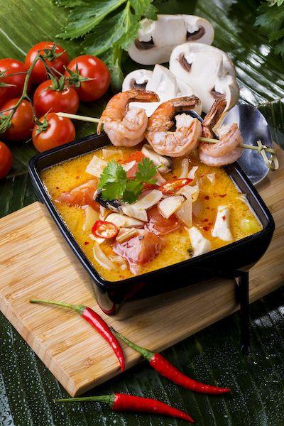 Tom yum királyrák: gomba, galanga, lime levél, paradicsom, chili olaj, citrom, citromfű, kókusztej, thai szósz, királyrák