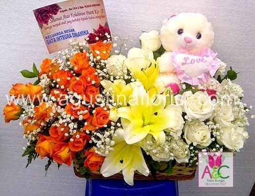 Toko bunga Surabaya Agustina Florist,jual rangkaian bunga cantik dengan boneka untuk kado ucapan selamat atas kelahiran bayi(baby born).