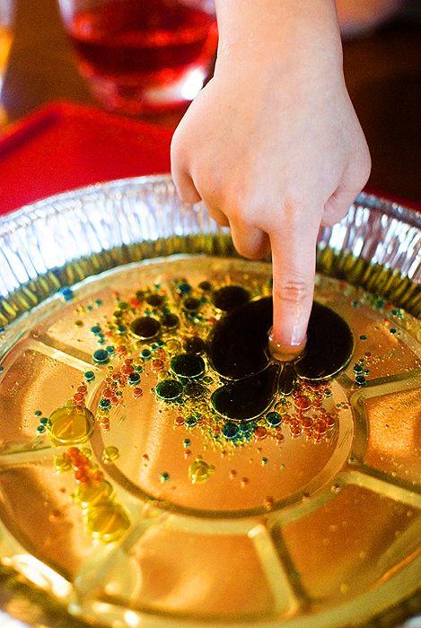 Water and oil experiment / Esperimento con l'olio e gocce d'acqua colorate. I bambini riusciranno a mescolare i colori?