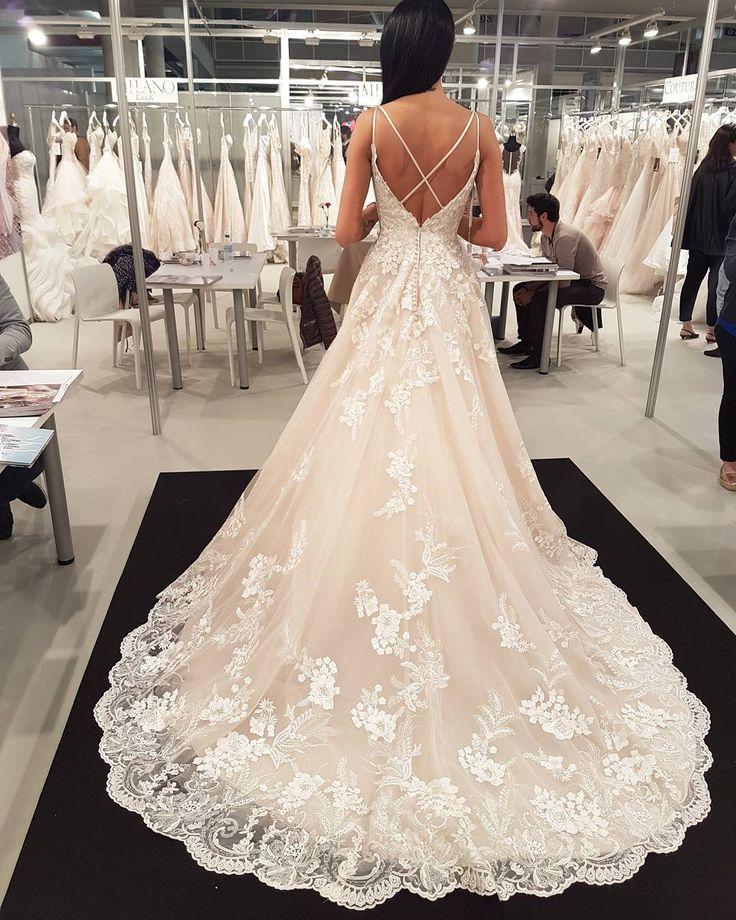 A hamarosan érkező 2018-as ruhák különlegessége a mély hát kivágás és a  jégvirágokra emlékeztető csipke!  #eddyk #vintage #csipke #lightgold #princessweddingdress #hautecouture #royalszalon #esküvő #menyasszony #bride #wedding #weddingdress #realbride #vintageweddingdress #eskuvo #vintageeskuvo #menyasszony #menyasszonyiruha #royalszalonok #eddykbridal #newcollection #eljegyzes #engagement #eskuvoiruha #esküvőiruha #eskuvoifotos #royalszalonok…