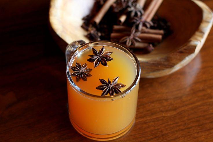 寒い夜には、あたたかい飲み物が欲しくなりますね。そんなとき、ホットミルクやチャイの代わりに、ホットカクテルをつくってみるのはいかがでしょうか? 話題の「ホットトディー」や「ホットバタードラム」「アイリッシュコーヒー」「エッグノッグ」など、おうちでも簡単に作ることができる冬に飲みたいホットカクテルレシピをご紹介します♪
