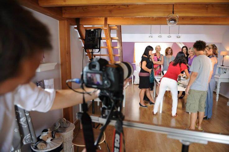 Před kamerou, za kamerou, všechny musí stát, protože budeme prodávat, to co samy dokážeme udělat!