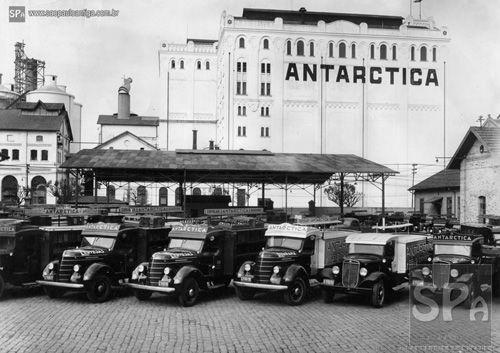 São Paulo Antiga - Anos 1930 – Frota de caminhões da Antarctica diante da fábrica