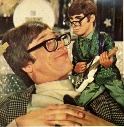 Hank Marvin & puppet in the movie.