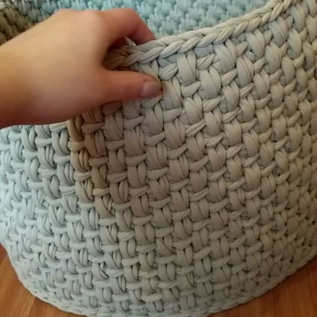 Вяжу корзину - гигантиз своих роликов .. Отлично держит форму  А ролики тут @nitki_art.msk  #trapillo #crochet #decor #пряжаspagetti #nitki_art #пряжа_art #laik4laik #handmade #handmadewithlove #handcraft #handwork #handmadebyme #instadecor #instahome #пряжа_art #трикотажнаяпряжа #толстаяпряжа #тпряжа #макаруны #ролик #вязаниекрючком #хендмейд #вяжемвместе