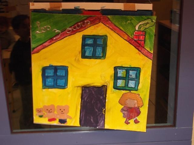 boucle d'Or et les Trois ours. La maison s'ouvre, on peut déplacer les personnages dans les différentes pièces de la maison à l'aide de velcro