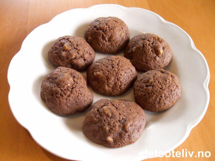 Her har du en super oppskrift på kjempegode småkaker med deilig smak av sjokolade og hakkede valnøtter. Oppskriften gir 50 stk.