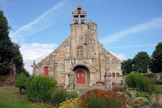 Détenant le record de la commune la moins peuplée du département des Côtes d'Armor, Loc-Envel est notamment connue pour l'église Saint-Envel, édifiée à partir du XVIe siècle.