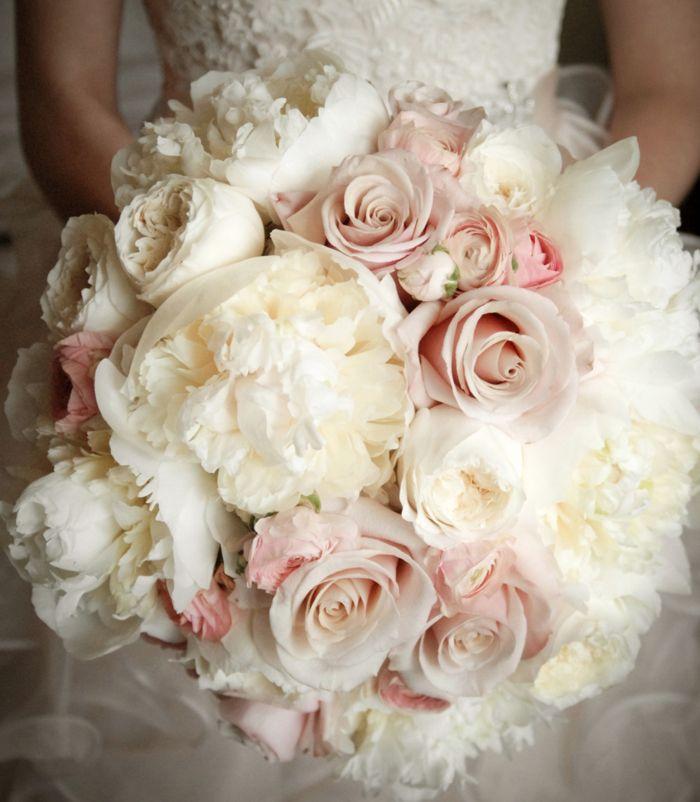 Hochzeitsstrauß in Weiß und Rosa, Pfingstrosen und Rosen, großer Biedermeierstrauß