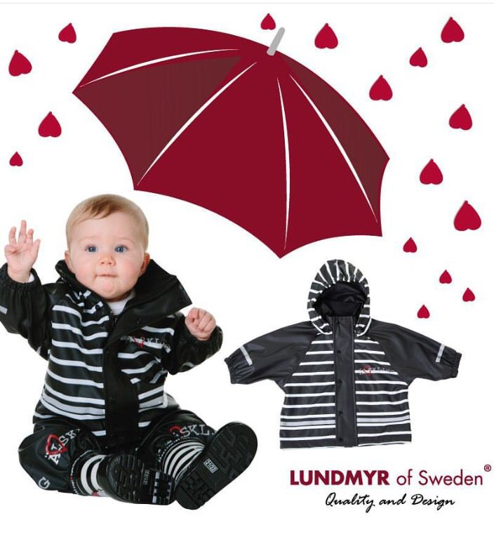 Rain jacket and rain pants in a set. Rainjacket in black and white stripes with a removable hood and soft fleece inside collar. Reflectors on arm ends and on front and back of the jacket. The jacket is wind- and waterproof with welded seams. LUNDMYR of SwedensÄlskling text with heart on chest for sz 50-80. Rainpants in black with LUNDMYR of Sweden marked straps. On chest a reflector shaped as a heart and at both front and backside of leg ends a cute Älskling with heart text printed in…