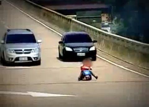#news #Brasile - Bambino Guida il Triciclo su una Superstrada #VIDEO http://www.digita.org/brasile-bambino-guida-il-triciclo-su-una-superstrada/ Rio de Janeiro – Un bambino di soli 8 anni si è imbattuto in una spericolata avventura, sfrecciando in mezzo alle macchine a bordo di un triciclo, in una delle strade più trafficate di Rio de Janeiro. L'episodio è avvenuto sulla superstrada Elevado Paulo de Fronti, che passa ...