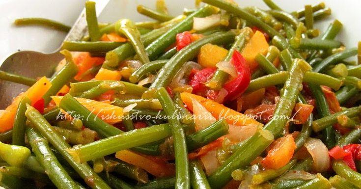 Чесночные стрелки тушеные с овощами блюдо очень вкусное, и кстати практичное))) Блюдо может быть как закуской, или салатом, так к пример...