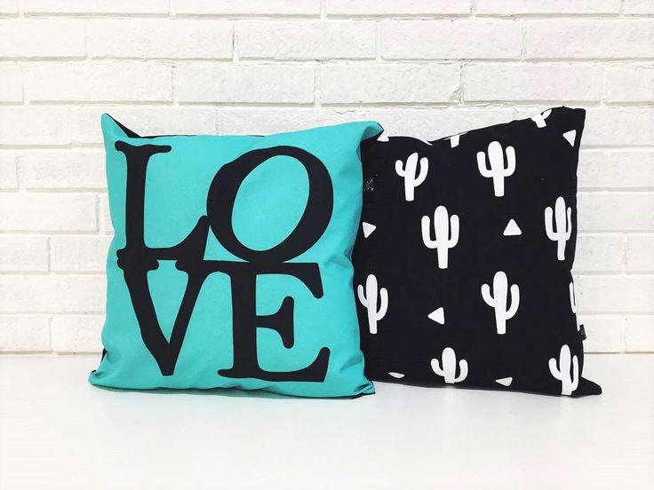 Leve duas almofadas super estilosas, num combo único! Produzidas em Sarja 247g com Full Stamp, estamos contando com a Love e Cactus, em um combo que dará o destaque necessário em seu quarto ou sala de estar. Tome alguns cuidados especiais como: lavar na mão (não lavar na máquina), não utilizar al...