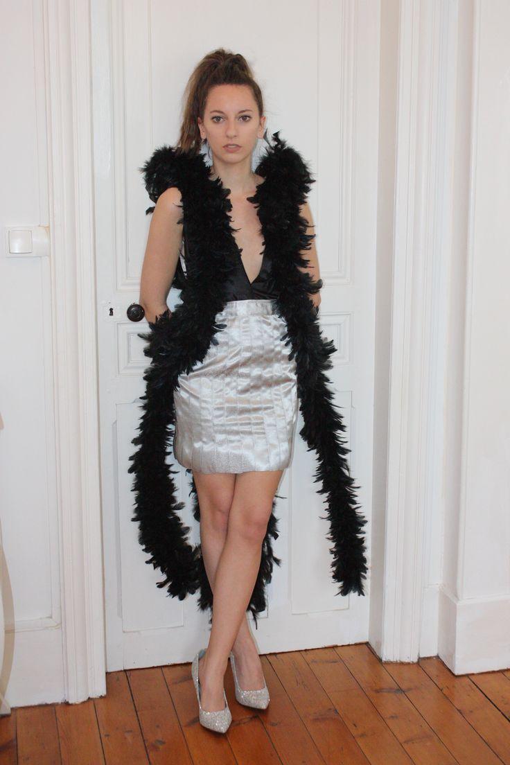 Robe de soirée type cocktail  Modèle : La Nymphe  Robe en satin duchesse noir et rubans de satin argent. Boas de plumes noires