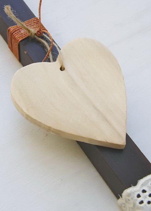 lb5062 {9,90 €} λαμπάδα από χοντρό κερί με ακατέργαστη υφή, ξύλινη διακοσμητική καρδιά και ιδιαίτερες κορδέλες (αρωματικό κερί, 31x2 εκ.) ΛΕΠΤΟΜΕΡΕΙΑ