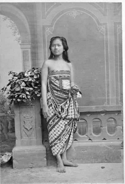 Perempuan Jawa. Tahun 1870-1892. File:COLLECTIE TROPENMUSEUM Studioportret van een Javaanse vrouw TMnr 60005078.jpg