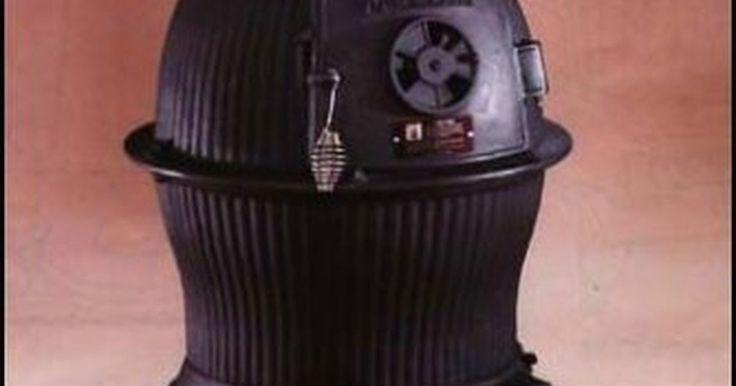 Cómo dar terminación a una estufa de hierro fundido Pot Belly. Muchas personas disfrutan del ambiente cálido de una estufa de hierro fundido y buscan restaurar las antiguas encontradas en las ventas de garaje y tiendas de antigüedades en lugar de comprar nuevas. Estas están siendo usadas para calefacción, así como para la decoración de sus hogares. Hay algunos trucos que puedes utilizar para traer tu vieja ...