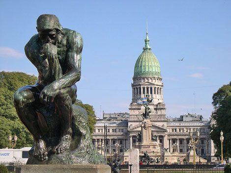 Plaza de los Dos Congresos (Congreso) Buenos Aires En primer plano, escultura ¨ El Pensador¨ , Rodin