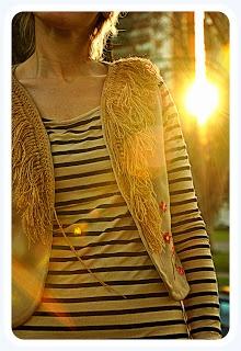 Chaleco con cuello de flecos tejidos crochet y flores bordadas en hilo.