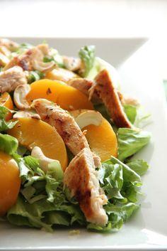 Kuchnia w wersji light: Sałatka z grilowanym kurczakiem i brzoskwiniami