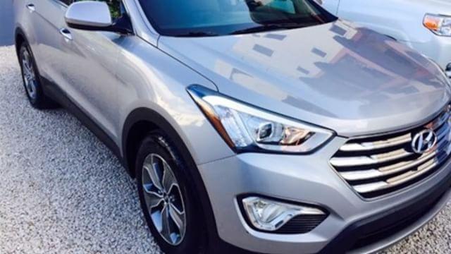 2015 Hyundai Grand Santa Fe. En excelentes condiciones, 3 filas de asientos en piel, radio con pantalla, cámara de reversa, doble aire acondicionado, guía multifunción, juego de gomas nuevas y todos sus mantenimientos al día. Tenemos financiamiento disponible y recibimos su vehículo como inicial. • • • •  #CentralAutos #Florida #Autos #Venta #VentaDeAutos #Dealer #TodasLasMarcas #Experiencia #Asesoria #Servicios #BuenosPrecios #ElMillon #santodomingo #Vehiculos #Automoviles #Jeepeta…