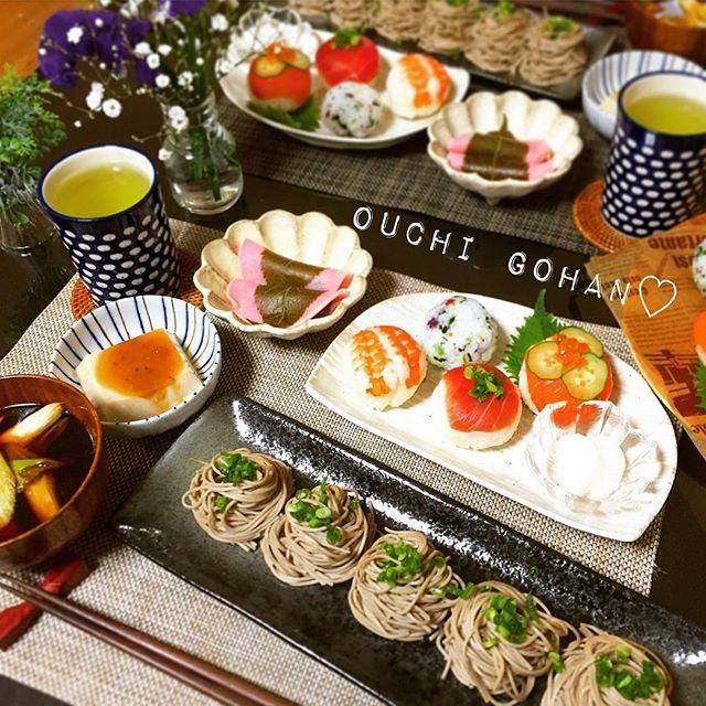 yuritada1228今夜はつけそば定食~✨ ✱ ✱ ❁焼き深谷ネギと鶏肉のつけ汁蕎麦 ❁白胡麻豆腐 ❁ミニ手毬寿司(エビ・サーモン・まぐろ)と5色おにぎり 漬物を添えて ❁桜餅みたいなやつ(餅かと思って買ったけど違ってた) と共に。 ✱ ✱ #おうちごはん#うちごはん#晩ごはん#dinner#foodpic#foodphoto#yummy#kaumo#kurashiru#lin_stagrammer#特製つけそば#鶏ねぎそば#手毬ずし#お刺身#特売品#お腹いっぱい#今日も1日お疲れ様でした