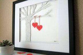 Con periódico.... Con un periódico viejo dos mini corazones con nuestras iniciales y un poquito de cuerda o lazo, la idea del árbol esta muy bonita, si no os convence podéis poner un skiline, banco, casa....