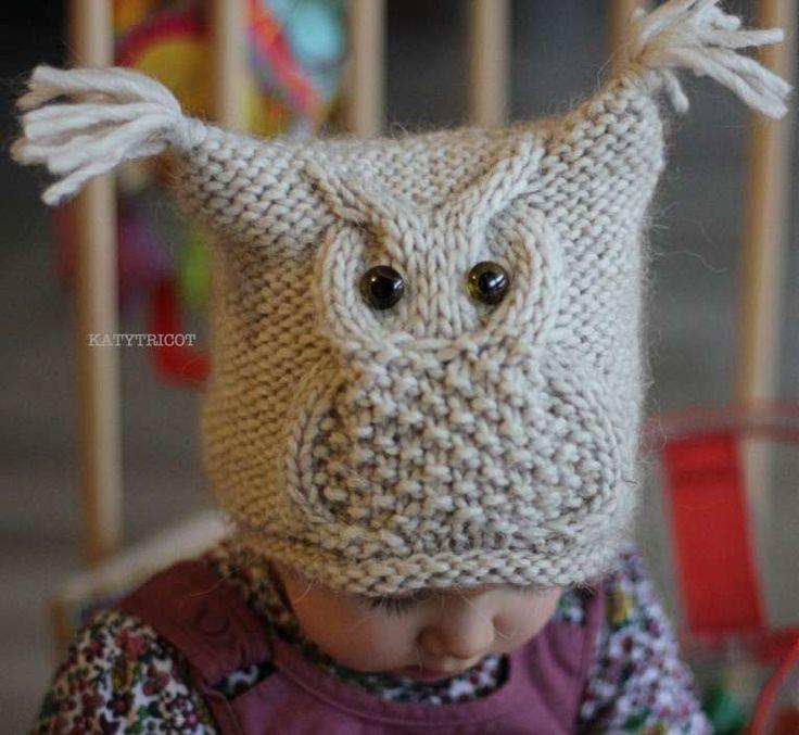 Cappello gufo a maglia - Ecco un cappello a maglia dalla forma molto semplice, arricchito da un gufo realizzato con trecce e grana di riso. Il modello è di Katy Tricot.