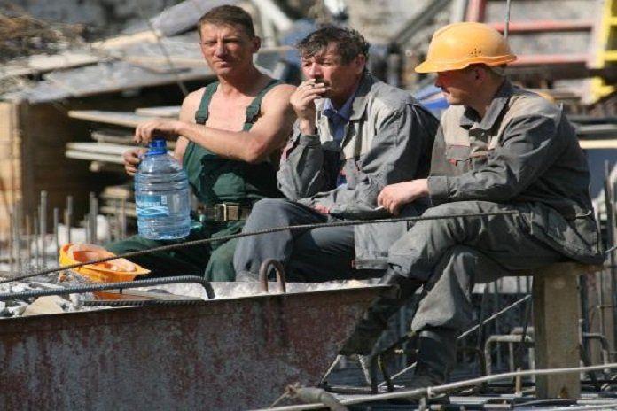 Kadının değil bu kez erkeğin sarışını...Bir inşaatta 3 arkadaş çalışıyorlar. Biri esmer biri kumral biri de sarışın. Öğle yemeklerini beraber yiyorlar. Esmer,