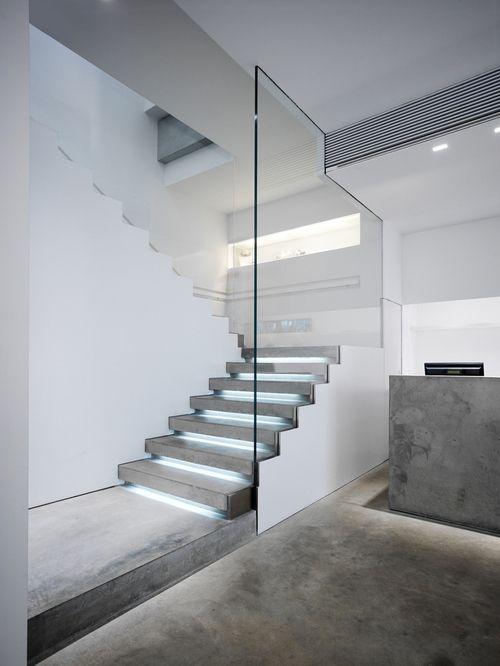 Escada iluminada + concreto e vidro