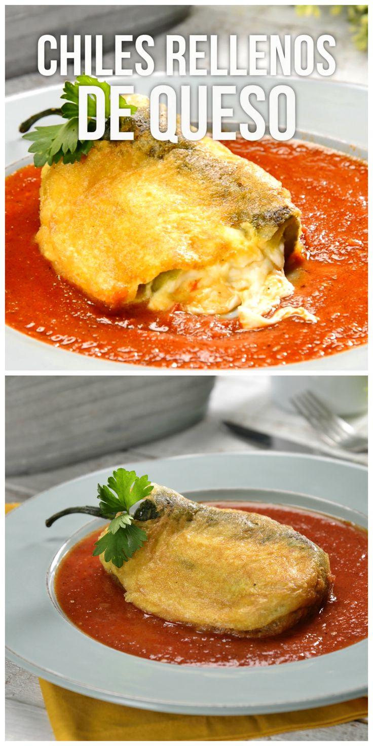 Esta deliciosa receta de chiles rellenos de queso es un platillo típico de México, tienes que probarlos. Los tradicionales son con queso pero puedes rellenarlos con atún, frijoles o cambiar el queso de tu elección.