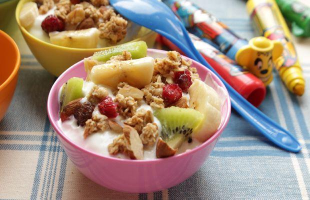 Yogurt con frutta fresca e muesli fatto in casa