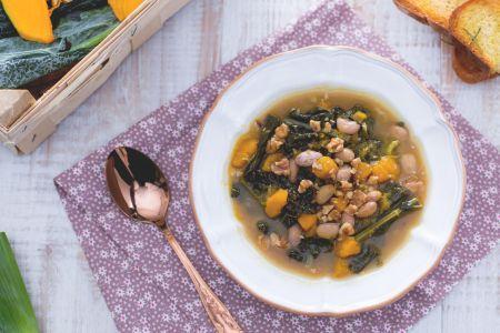 Zuppa autunnale con zucca cavolo nero fagioli e porri